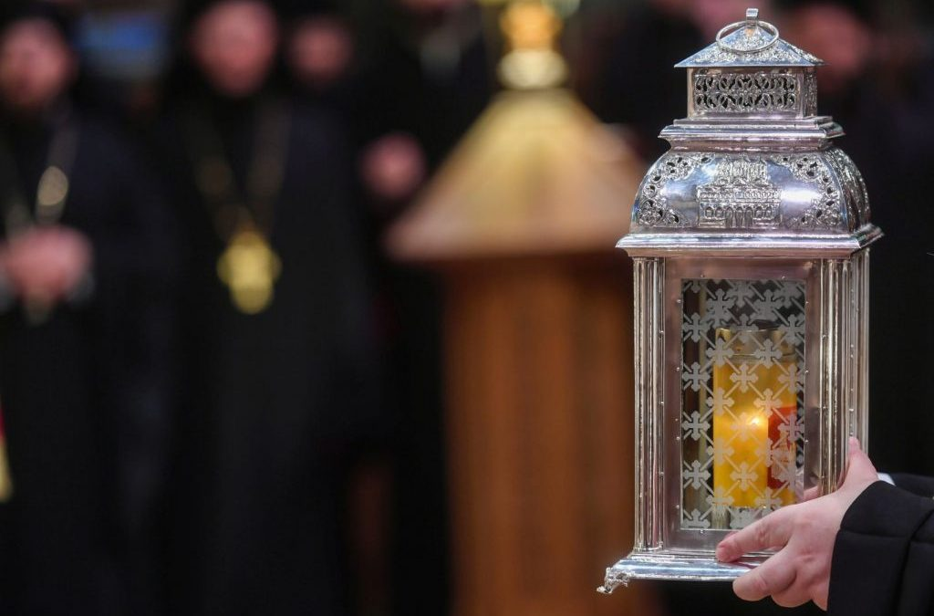 Tradiția continuă: Sfânta Lumină va fi adusă în Sâmbăta Mare și va ajunge în fiecare parohie