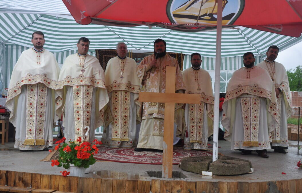 Sfințirea pietrei de temelie a noii biserici din Parohia Mierța